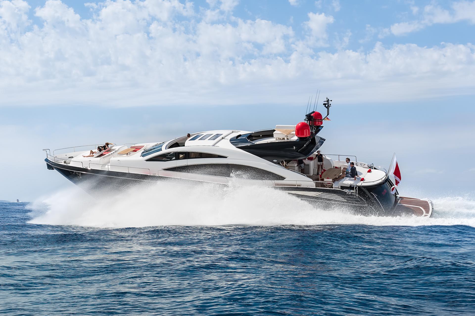 Espectacular Sunseeker Predator 84 disponible en Ibiza para chárter